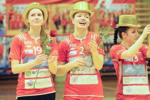 Merethe Larsen Tjøstolvsen (i midten) har bestemt seg for å legge opp etter denne sesongen. Hun har vært med på hele HKH-reisen, fra 3. divisjon til Eliteserien. Arkivfoto: Atle Wester Larsen