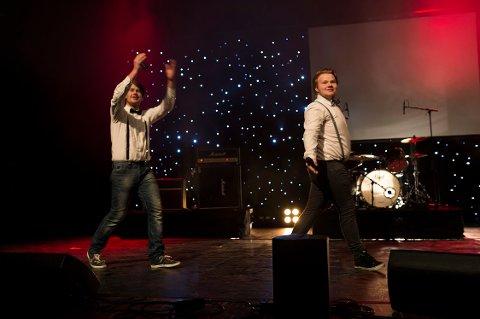 """KONFERANSIERER: Kasper Nilsen (t.v.) og Mads Theodor """"Toddor"""" Parton skapte god stemning. Foto: David Engmo."""