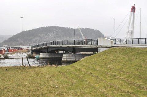 KAN BLI REVET: Nedstrøms bru over Tista kan i verste fall ligge midt i en framtidig jernbanetrasé.