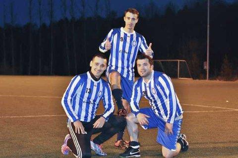 Arsim Berisha (tv) og Bujar Ismaili (th) hyller Fredrikshalds aller første målscorer i en seriekamp, Qamil Peci.