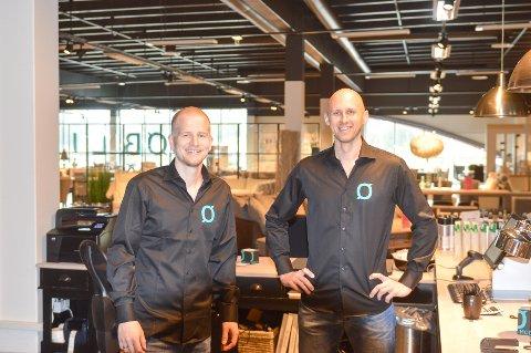 BLE MED VIDERE: Andreas Karlsson og Patrik Sndström har blitt med fra Bo Billig og over i den nye Møblia-butikken.