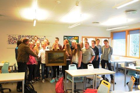 Klasse  10A Risum uskole overreker maleriet av Gjøs til Svein Norheim (til venstre) i Halden historiske samlinger.