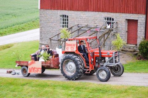 Tradisjonelt gårdsbryllup. Brudeparet ankom i traktor, som ble kjørt av Kirstis nevø.