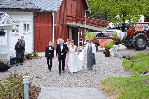 """Brudeparet på vei opp """"kirkegulvet"""" fra venstre Andras Myrli, Jon Myrli, Kirsti Brække Myrli og Mari Rørmyr."""