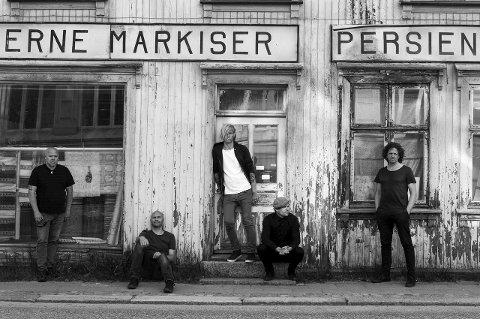 SEIGMEN TIL HALDEN: Dette bildet er tatt utenfor Moderne Markiser i Halden. Frontfigur Alex Møklebust (i midten) gleder seg til Tons of Rock, for dit kommer bandet. foto: Bjørn Opsahl