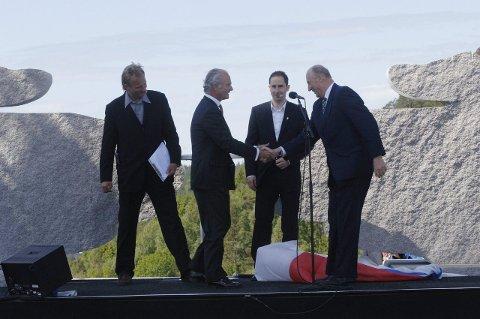BRUÅPNING: Kong Carls Gustav av Sverige og Kong Harald av Norge var begge til stede på Svinesund den 10. juni 2005 i forbindelse med åpningen av den nye Svinesundsbrua. Her er de sammen med konferansierene Harald Treutiger (t.v.) og Harald Rønneberg.