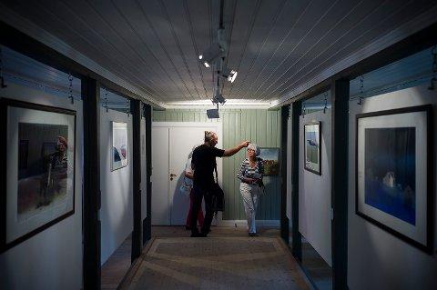 ÅPNING: Kunstner Arve Tvedt peker og viser galleriets gjester vei innover i lokalet.