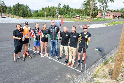 KLARE FOR FOLKEFEST. Fra venstre Heidi Stenbock Haakestad, Johan Unneberg, Hans Lie, Renate Unneberg, Martin Vik, Terje Jensen, Roy Moberg og Filip Holt.
