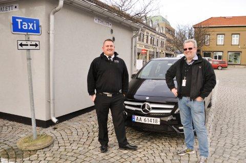 STILLER OPP: Bent Skogli (t.h.) i Halden Taxi vil kjøre folk gratis til valglokalene på søndag og mandag. På dette bildet fra 2014 står han sammen med sjåfør Norén Eriksen i taxiselskapet.