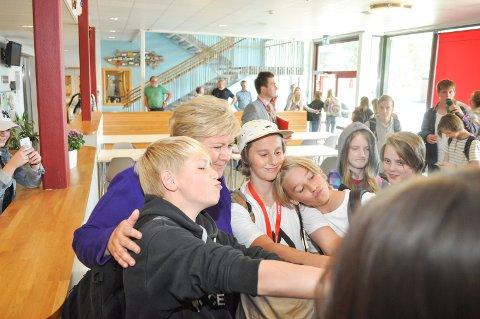 SELFIE: Risum-elevene sto i kø for å ta selfie med statsministeren. Erna Solberg stilte villig opp.