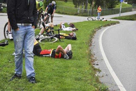 Mikael Bryntesen (nærmest) fikk selskap av flere i gresskanten, etter 10 mil på sykkelen.