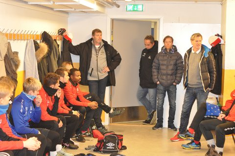 Spillerne virket svært fornøyd da den nye treneren ble presentert i garderoben.