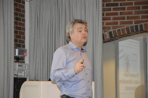 INFORMERTE: Roger Meyer i HHK informerte de frammøtte på festningen om de økonomiske realitetene. Foto: Ouden Schjønsby
