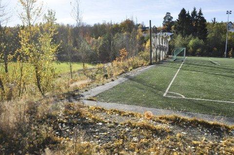 Kommunens tomt: Her ved kunstgressbanen ved Risum ungdomsskole skal nye Idd skole bygges.