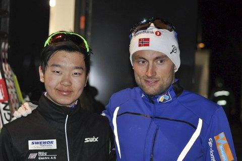 PETTER MØTTE PETTER: Den nybakte juniornorgesmesteren Petter Stokkeland fikk noen ord med forbildet, skikongen Petter Northug.