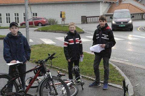 I BYEN: Johan Magnusson (tv), Sivert Bakke Eidissen og Jørgen Gulli syklet til Ohmes plass og registrerte blir som blinket og ikke blinket i krysset på sydsiden av brua.