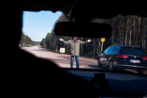 IKKE LA DEG LURE: Slik kan det se ut når veipirater forsøker å stanse deg langs E6. De opererer hovedsaklig på svensk side.