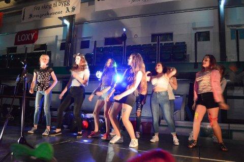 COOLT I ISHALLEN: Selvlysende ungdommer sirklet seg nærmere og nærmere gulvets magiske dansesentrum under diskoteket på Halden ishall 17.mai.