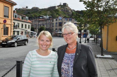 Leder i opplæringskomiteen, Elin Johanne Tvete (Sp) (til v.), og varaordfører Anne-Kari Holm vil ha musikk og drama på flyttelasset til sentrum.