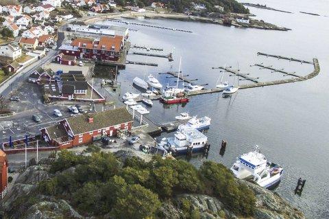 ULOVLIG: Her strekker bryggeanlegget til Skjærhalden Gjestehavn seg på skrå ut i havnebassenget. Spørsmålet er om anlegget på denne måten urettmessig legger beslag på sjøarealer utenfor eiendommen til saksøkeren. Foto: Erik Hagen