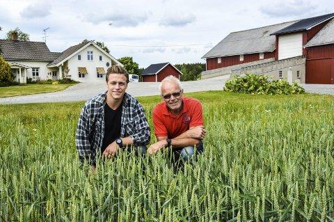 FAR OG SØNN: 15. juli tar Einar Egeland over familiegården etter faren Olav. De er begge veldig glad i hjembygda si.