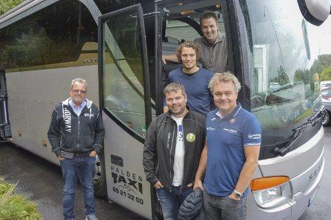 FORNØYDE: Halden Taxi tilbyr felles buss for byens idrettsklubber. Mads Fredriksen (HTH), Joacim Heier (Kvik), Glenn Nordahl (Comet) og Roger Meyer (HHK). Til venstre Bent Skogli fra Halden Taxi.