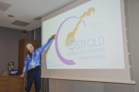 LOGOEN: Jens Erik Mjølnerød viser fram logoen til VM i Østfold i 2019.