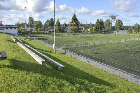 STENGT: Kunstgressbanen på Tistedal stadion er fysisk stengt med gjerder.