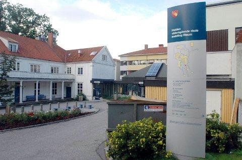 VIL SELGE: Østfold fylkeskommune sier at de er helt avhengige av å selge den gamle skolebygningen på Risum for å kunne samle all aktiviteten i Halden sentrum og bli med på en avtale om bygging og leie av ny idrettshall på Os.