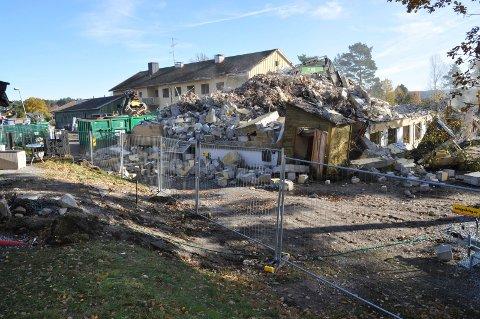 RIVES: Nå rives det tidligere alders- og sykehjemmet på Bergheim for å gi plass til et nytt demenssenter. Ingen lokale bedrifter får være med på byggingen.