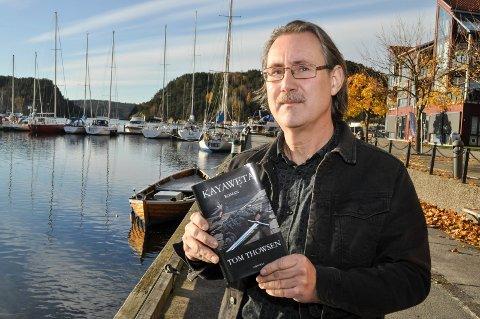"""NY BOK: Haldenseren Tom Thowsen er nå ute med sin tredje roman. """"Kayaweta"""" ble til etter å ha samlet materiale gjennom ti år både på Vestlandet og i USA."""