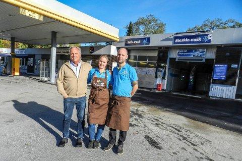 FEIRER: – Nå skal vi feire fem dager til ende, sier Robert Olsen (f.v.), Linndis Olsen og Roger Gjerstad-Olsen, to generasjoner av familien som har drevet bensinstasjon og nå trafikksenter i Rødsveien i 50 år.