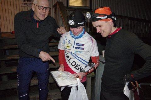 ETTER LØPET: UK-sjef (UK står for uttakskomité) Kjetil Bjørlo i samtale med Markus Holter (i midten) og vinner Fredrik Eliasson.