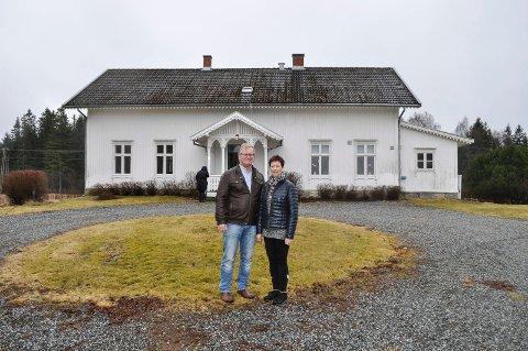 FORNØYDE: Jens og Turid Myhren er svært fornøyd med at foreningen Berg kirkestud har fått kjøpe den gamle prestegården.  - På sikt ser vi for oss utleie til dåp, konfirmasjoner og bryllup. Da kan jo gjestene bare gå rett over veien fra kirken, sier de.