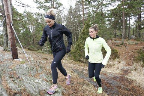 PÅ LØPETUR: Anne Guttormsen (til venstre) og Caroline Eylertsen i skogen ved Høiåshytta.