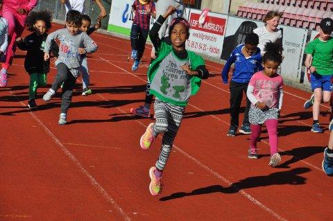 8 år gamle Naydos storkoste seg med friidrett på Halden stadion.