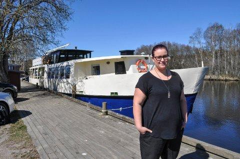 KLAR: Signe Myhren er klar for å videreføre passasjer- og chartertrafikken i Haldenvassdraget. Hun er daglig leder for MS Brekke AS som har kjøpttidligere «MS Strømsfoss». Båten skal ha hjemmehavn i Tistedal og døpes om til «Brekke»