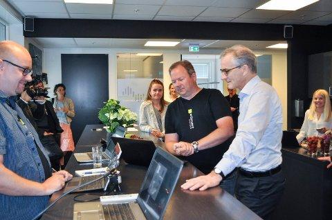 STAND UP: Jonas Gahr Støre gjennomgår dagens arbeidsoppgave med Senior Systems developer Hans Gunnar Hansen (til v.) og configurations developer Morten Sørby ved eSmart.
