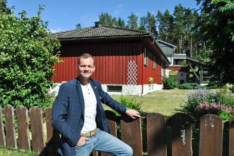 """PÅ LANDET: - Dette huset på Prestebakke ble faktisk kjøpt usett. Nå flytter en familie med to barn fra Andøya inn, og det er en tendens at stadig flere ønsker å etablere seg """"på bygda"""", sier Bjørn André Hafsrød."""