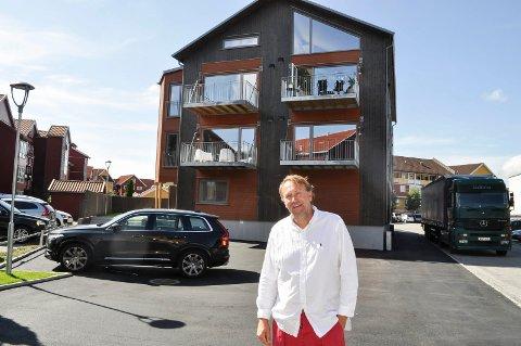 FORNØYD:  Jeg er svært fornøyd med resultatet og synes ikke bygningen skiller seg negativt ut, sier Bjørn Erik Simensen. Han har allerede fått mange positive tilbakemeldinger.