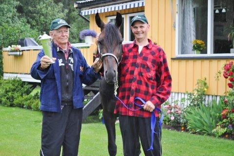 SEIER: Flirtin Beach, her sammen med sine eiere Øivind og Morten Strand, vant et V75-løp i helga.