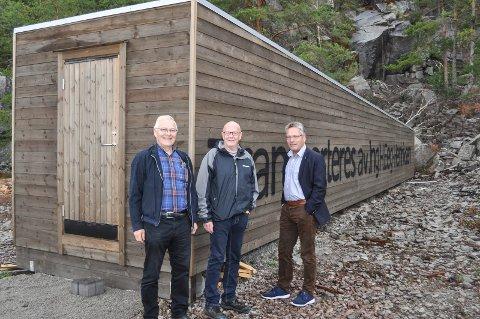 KLARE: De er klare til åpningen av Monolittenmonumntet lørdag. Fra venstre prosjektleder Arne Omholt, leder i Idd og Enningdalen historielag, Eivind Løvås og initiativtaker Thor Edquist.