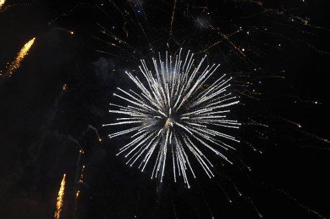 ENDRER REGLER: Halden Brannvesen har valgt å endre sitt regelverk slik at det fra nå av alltid skal varsles når det sendes opp fyrverkeri, blant annet fra festningen.