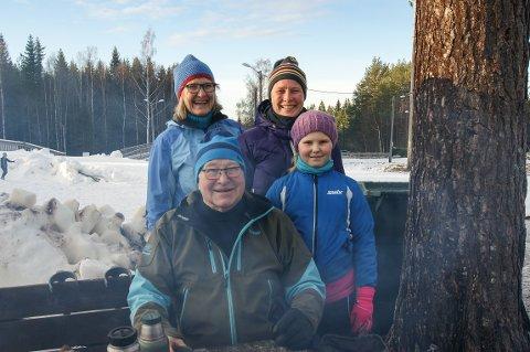 FIRE GENERASJONER: I røken fra grillen, stråler Anita Berget (bak f.v.), Maria Thunæs, Arne Bjerke og Stine Thunæs (10). De synes det er helt topp å være storfamilie på tur.