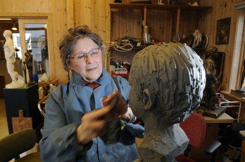 KUNSTNER: Lise Amundsen blir 85 år 17. februar, men er fremdeles aktiv i sitt atelier der hun kan vise til en betydelig produksjon. Hun er levende opptatt av kunst og at Halden kan få sitt kunstmuseum, så byens kunst kan bli tatt vare på i framtida. Arkivfoto: Stein Johnsen