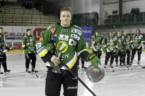 ÅRETS SPILLER: Einar Egeland med bevisene på at han har vært årets beste spiller for Comet.