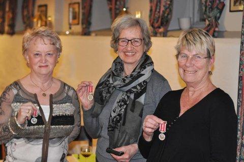 FORTJENT: Sent, men fortjent, kunne man si, da endelig Inger Kolberg Olsen, Brita Diskerud Meyer og Randi Falch-Pedersen ble påskjønnet på årsmøtet til Fredrikshalds Turnforening.