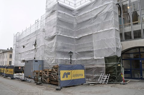 I TIDE: Ombyggingen av gamle rådhus skal være ferdig til sommeren, men de utvendige arbeidene vil være avsluttet i god tid før 17.mai-toget skal passere forbi.
