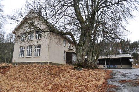 STÅR TOM: Tidligere Iddevang skole ble lagt ned for fire år siden, men er fortsatt ikke solgt. Nå vurderes det om helse kan bruke bygningene.