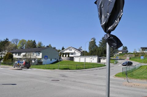 FORKJØRSVEI: På begge sider av BRA-veien er det satt opp vikepliktskilt. 15. mai blir plasten tatt av, og da er BRA-veien blitt forkjørsvei.